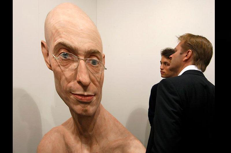 Mercredi 16 juin, ces visiteurs observent une des sculptures de Penny Evan, toujours très détaillée et si réaliste. Il expose actuellement à Bâle, en Suisse.