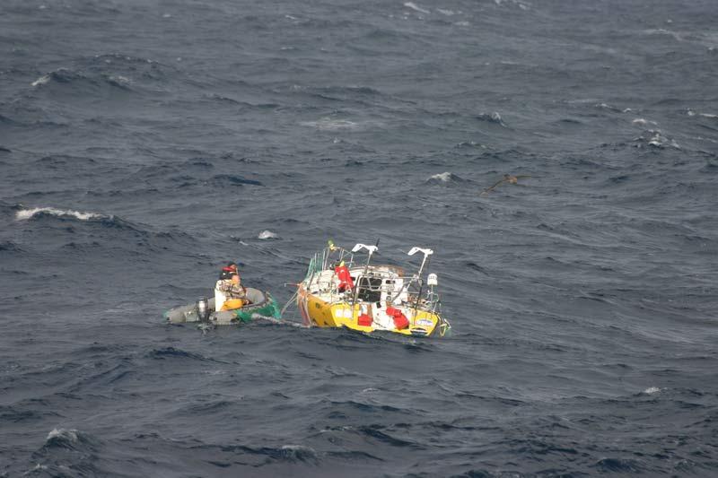 Abby Sunderland, la jeune navigatrice californienne de 16 ans qui voulait accomplir un tour du monde en solitaire, a dû renoncer à son rêve. En perdition à bord du Wild Eyes, son voilier de 11 mètres démâté, et incapable de manoeuvrer, elle a été secourue par le canot du palangrier congélateur français de 55 mètres Ile de La Réunion par 40° sud à quelque 200 milles des îles Saint-Paul et Amsterdam, à environ 3 000 kilomètres au sud-est de La Réunion. Un coup de chance. Son voyage avait été vivement critiqué en raison des très difficiles conditions climatiques de l'hiver austral, de son jeune âge et du coûteux programme de téléréalité que ses parents ont bâti autour d'elle. P