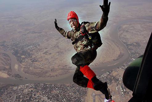 Son premier colonel lui a dit:«Allez avec les paras, et sautez !» Le Padre a suivi ce conseil, il a aujourd'hui plus de 1.000 sauts à son actif. (Sébastien Dufour)