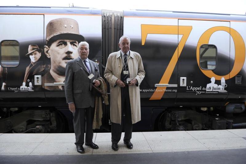 L'amiral français François Flohic, aide de camp du général de Gaulle pendant la Seconde Guerre mondiale, et Antoine Dupont Fauville, le secrétaire général de la Fondation de Gaulle, avant de monter dans l'Eurostar en direction de Londres vendredi matin, gare du Nord à Paris. <br>Environ 200 anciens combattants français ont fait le voyage à bord d'un train spécialement affrété pour la commémoration, à Londres, du 70e anniversaire de l'appel du général de Gaulle le 18 juin 1940. Le train a d'ailleurs été décoré avec plusieurs portraits du Général.