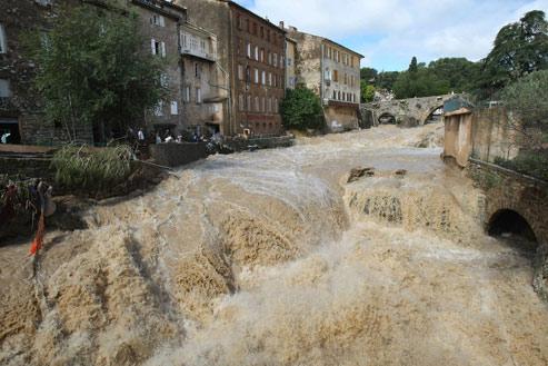 La Nartuby sortie de son lit à Draguignan, le 16 juin, après les pluies torrentielles qui se sont abattues sur la région. Une paisible rivière qui, soudain, s'est transformée en un fleuve monstrueux et dévastateur. (Lionel Cironneau/AP)