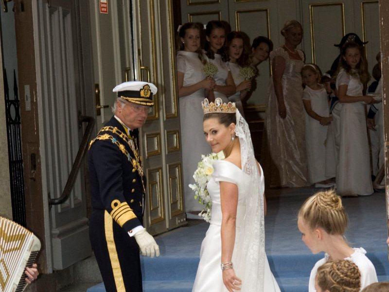 Victoria est arrivée à la cathédrale de Storkyrkan au bras de son père, le roi Carl XVI Gustaf. Sa robe de mariée faisait l'objet des plus vives spéculations. Elle est l'œuvre d'un couturier suédois Pär Engsheden. La future mariée avait choisi le diadème aux camées, déjà porté par sa mère, Silvia, 34 ans auparavant. Carl XVI Gustaf et son épouse s'étaient également mariés un 19 juin à la cathédrale de Storkyrkan.