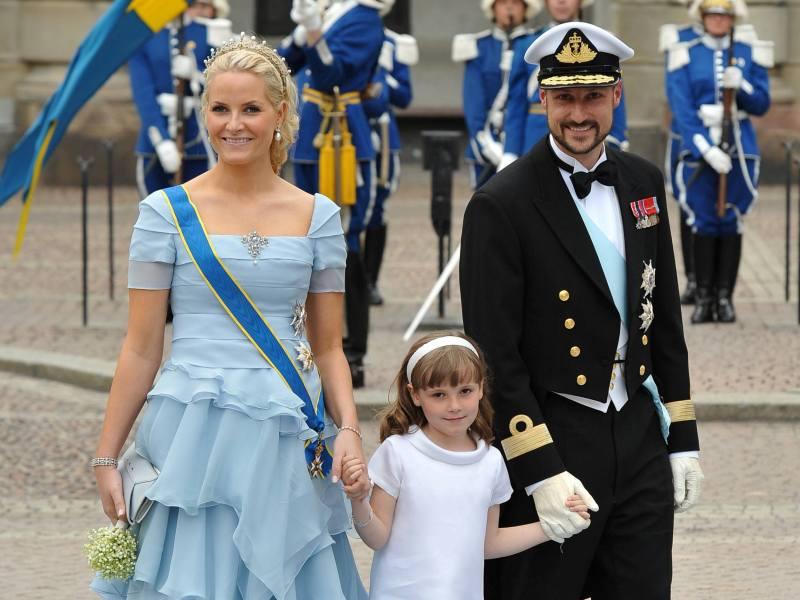 Le Prince Haakon et Mette-Marit de Norvège avaient fait le déplacement avec leur fille ainé Ingrid Alexandra, une autre filleule de Victoria.