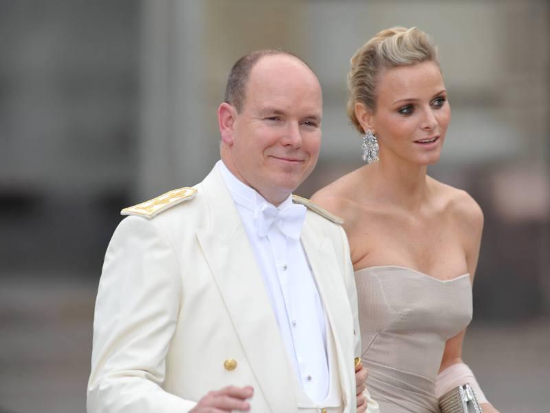Albert II de Monaco s'est distingué en costume blanc. Il était accompagné de sa compagne, la nageuse sud-africaine Charlene Wittstock.