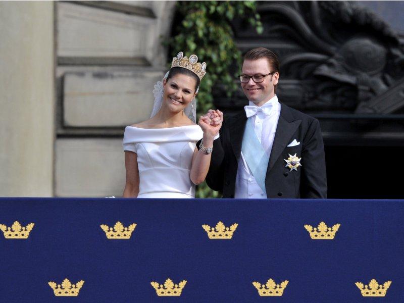 Le couple est ensuite apparu au balcon du palais royal. Victoria a remercié «le peuple suédois de lui avoir donné son mari » et de vouloir célébrer avec eux le plus beau jour de leur vie».