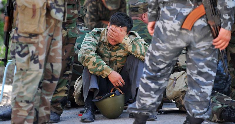 Lundi 21 juin, instant de répit pour ce soldat, membre d'une unité spéciale lors d'une patrouille dans les rues d'Och, dans le sud du Kirghizistan, plus d'une semaine après le début de tensions ethniques.