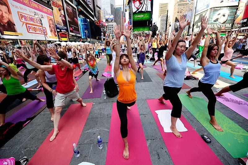 À Times Square, c'est une scène complètement incongrue qui s'est déroulée lundi 21 juin, pour fêter le solstice d'été : du yoga en plein air. Des centaines de personnes se sont ainsi rassemblées au cœur de la zone la plus frénétique du monde.