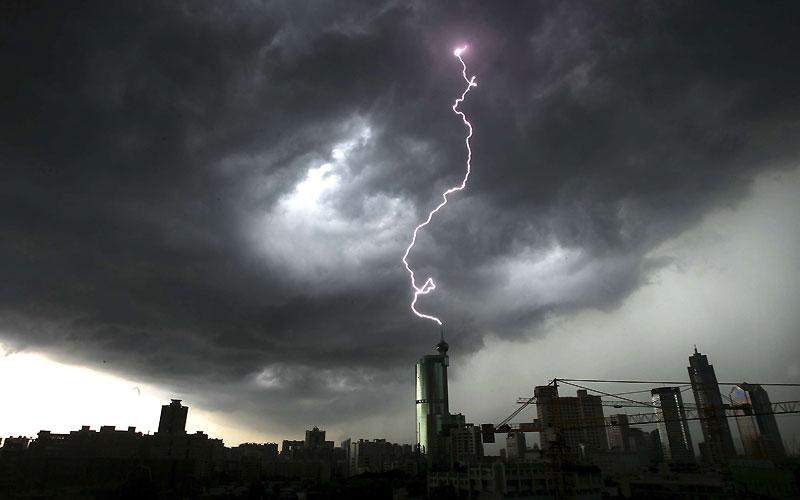 Lundi 21 juin, la foudre s'est abattue sur un gratte-ciel de Foshan, ville de la province du Guangdong, dans le Sud de la Chine.