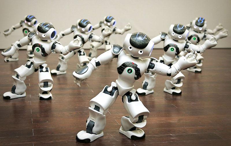 Ces robots, humanoïdes autonomes et programmables appelés Nao, dansent dans le pavillon français de l'exposition universelle de Shanghai, le 18 juin.