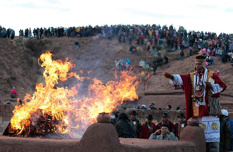 Un prêtre fait une offrande à Mère Nature pour célébrer l'année 5518 dans le calendrier Aymara, à l'occasion du solstice d'hiver, près de La Paz, en Bolivie, lundi 21 juin.