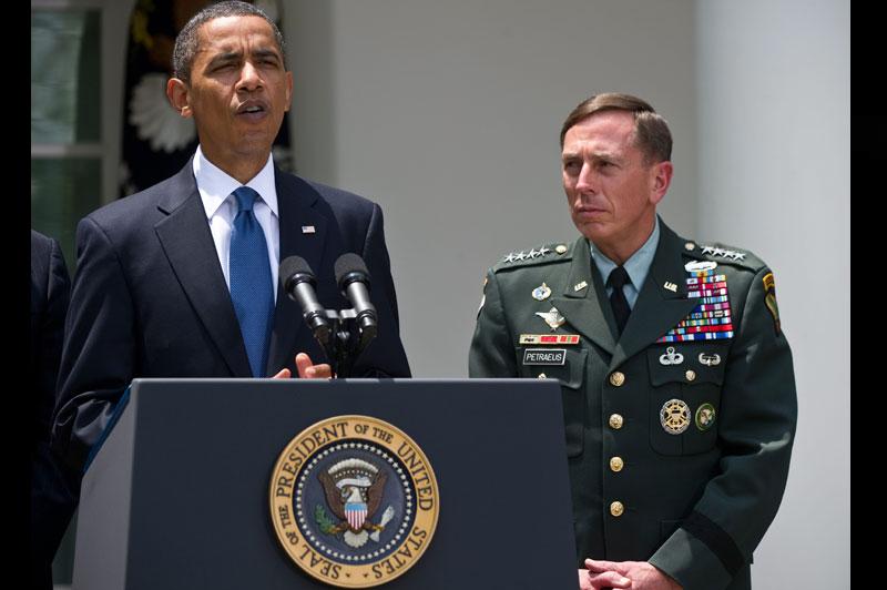 Le président américain Barack Obama a annoncé, mercredi 23 juin, en direct de la Maison-Blanche, la nomination du général David Petraeus à la tête des forces de l'OTAN en Afghanistan. Il succède ainsi au général McChrystal qui avait tenu des propos désobligeants sur l'exécutif.