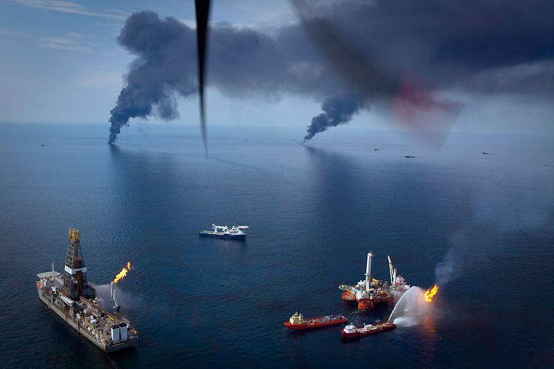BP : ça continue… et ça s'aggrave. Même si l'on en a mois parlé cette semaine que du Mondial de football, le golfe du Mexique continue d'être inexorablement pollué par une fuite de pétrole beaucoup plus importante que celle évaluée à l'origine par les «experts» de B P : au moins 60.000 barils par jour, au lieu des 5.000 annoncés il y a deux mois, juste après l'explosion et le naufrage de la plate-forme Deepwater. Ce qui n'a pas empêché le directeur de BP, Tony Hayward, de s'offrir samedi dernier toute une journée de régate de luxe au large de l'île anglaise de Wight. Preuve que certains dirigeants sont vraiment imperméables à la honte… et pas uniquement dans l'univers du ballon rond !