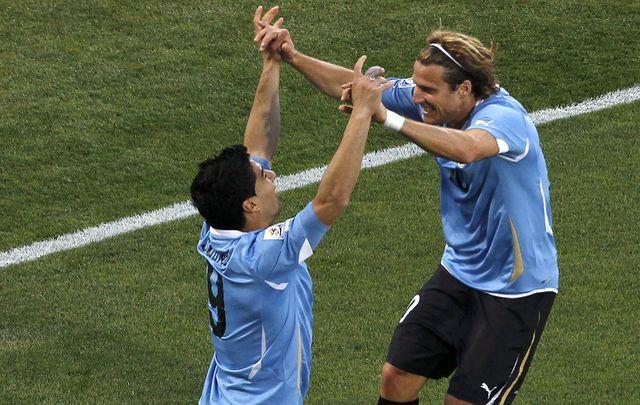 Diego Forlan et Luis Suarez célèbrent le but de la victoire uruguayenne