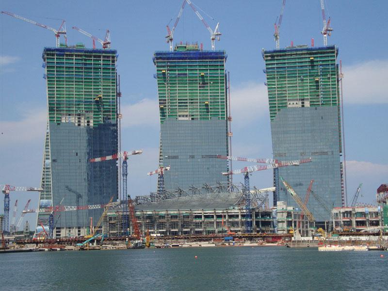 Il aura fallu quatre années pour construire ce complexe au design inédit, imaginé par l'architecte israélo-canadien Moshe Sadfie.