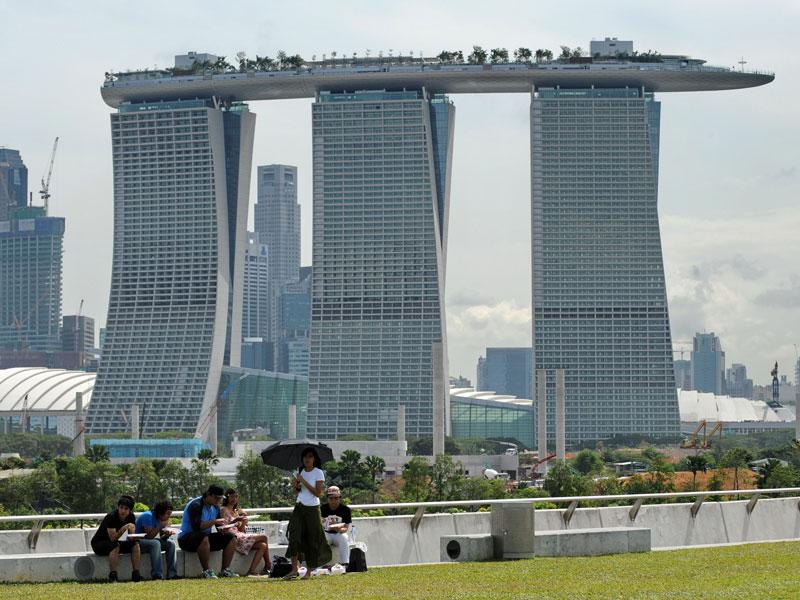 Une terrasse, longue de 340 mètres, repose au sommet des trois bâtiments principaux.