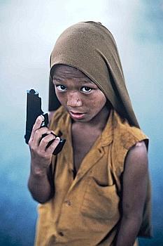 Le petit moine au pistolet. (Steve McCurry)