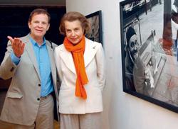 Le photographe François-Marie Banier avec Liliane Bettencourt, en 2004, en Allemagne, au Museum Haus Lange de Krefeld pour l'inauguration de son exposition (Crédits photo : Horst Ossinger/DPA/MAXPPP)