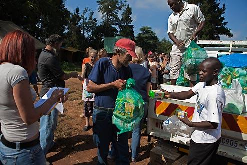 des volontaires noirs ravitaillent les 400 squatters afrikaners démunis de tout dans le camp de Coronation Park. (Finbarr O'Reilly/Reuters)