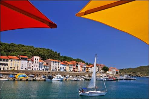 En France, un vacancier sur deux choisit le littoral pour profiter de ses congés. Et la Méditerranée est toujours la plus prisée (ici, Port-Vendres, en Roussillon) (Éric Martin/Le Figaro Magazine)