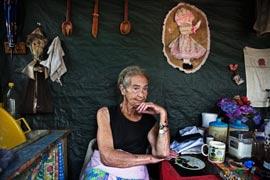 Mara Udwesthuizen, 64 ans, entourée des maigres souvenirs qui lui rappellent des jours meilleurs... De 1948 à 1991, l'apartheid assurait aux Blancs la sécurité économique et un emploi. (Finbarr O'Reilly/Reuters)