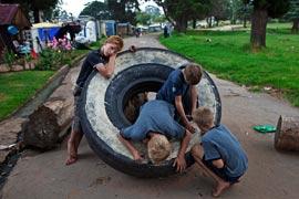 Des jeunes désoeuvrés jouent avec un vieux pneu sans doute récupéré dans la décharge voisine. Le président sud-africain Jacob Zuma s'est pourtant engagé à combattre «la misère blanche», silencieuse et taboue. (Finbarr O'Reilly/Reuters)