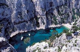 Caractéristiques de ces paysages préservés du sud de la France qui attirent les touristes : les calanques de Cassis. (Wysocki-Frances/Hemis.fr)