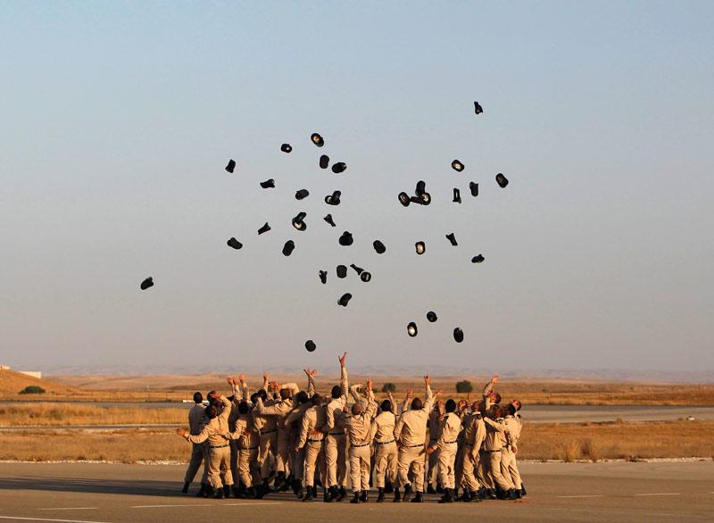 Lundi 28 juin, ces cadets de l'armée de l'air israélienne jettent leurs képis lors d'une cérémonie à la base aérienne de Hatzerim.