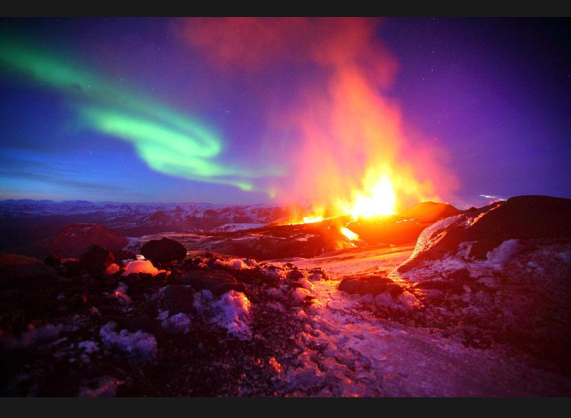Mardi 29 juin, en Islande, le volcan Eyjafjallajökull est toujours en éruption, comme ici sur fond d'aurore boréale.