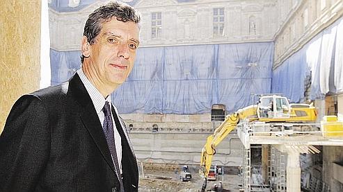 Henri Loyrette, président directeur général du musée du Louvre devant le chantier. Les travaux, commencés il y a deux ans, devraient s'achever mi-2011. (AFP)