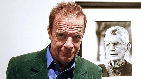 François-Marie Banier pose devant l'un des portraits de Samuel Beckett, le 20 novembre 2009.