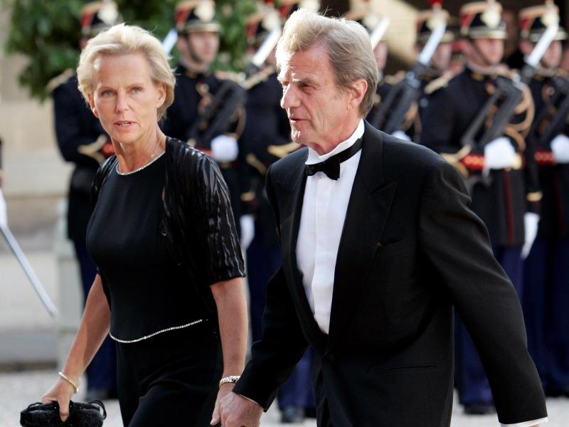 />Christine Ockrent, journaliste.</b> Contrairement à Anne Sinclair, qui abandonna en 1997 ses émissions politiques à la nomination de DSK à Bercy, la compagne de Bernard Kouchner anime, après l'entrée de son mari au quai d'Orsay, <i>Duel sur la trois</i> sur France 3. Elle n'arrête l'émission qu'après avoir été nommée par Nicolas Sarkozy à la tête de l&rsquo;audiovisuel extérieur de la France (France 24, RFI, TV5). Malgré l'indignation des syndicats, qui estiment que la journaliste ne peut diriger «un service public de l&rsquo;audiovisuel placé sous la tutelle de son compagnon», Christine Ockrent accepte le poste.&nbsp;&raquo; height=&nbsp;&raquo;343&Prime; /></strong></font></p> <p><font face=