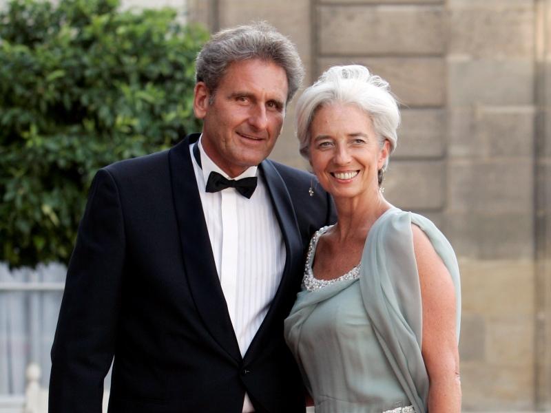 />Xavier Giocanti, entrepreneur. </b>Avocat de formation, le compagnon Christine Lagarde co-préside le groupe immobilier Résiliance. Il s'occupe également de l&rsquo;association &nbsp;&raquo;Entrepreneurs en zone franche&nbsp;&raquo; de Marseille. Il a rencontré le ministre quand ils étaient tous deux enseignants à l'université Paris X, en 1980. Leur histoire a débuté en 2005 quand ils se sont revus à Marseille. Le couple est apparu mi-juin dans un <a href=''http://www.parismatch.com/Actu-Match/Politique/Actu/Christine-Lagarde-deja-trois-ans-a-Bercy-193924/''target=''_blank''>reportage</a> de<i> Paris-Match.</i>&nbsp;&raquo; height=&nbsp;&raquo;330&Prime; /></p> <p><font face=
