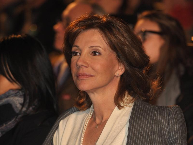 />Béatrice Schönberg, journaliste. </b> Pour éviter toute accusation de subjectivité, l'épouse de Jean-Louis Borloo, alors ministre de la cohésion sociale de Jacques Chirac et partisan de Nicolas Sarkozy, doit quitter la présentation du JT de France 2 au début de la campagne présidentielle, en février 2007. Avec la nomination de son mari au gouvernement Fillon, la journaliste renonce définitivement au <a href=''http://www.lefigaro.fr/medias/20070523.FIG000000191_fin_de_jt_pour_schonberg.html ''>JT</a>. Elle présente désormais des magazines, dont <i>Prise Directe</i> sur France 2 et <i>Hors-Série </i>sur France 3.  &nbsp;&raquo; height=&nbsp;&raquo;345&Prime; /></strong></font></p> <p><strong><font face=