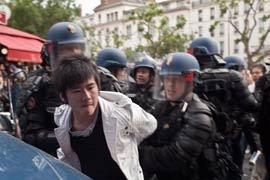 Au moment de la dispersion de la manifestation du 20 juin 2010, des affrontements ont opposé les forces de l'ordre à de jeunes Chinois qui tentaient d'empêcher le vol à l'arraché d'un sac à main. (Fanny Tondre)