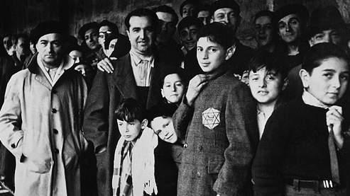Photo prise en 1942 de Juifs internés dans le camp de Drancy, en Seine-Saint-Denis, après avoir transité par le stade du Vélodrome d'Hiver à Paris.