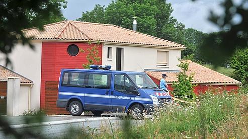 Des gendarmes en faction devant la maison du docteur Emmanuel Bécaud, à Pouzauges, en Vendée, là où s'est déroulé la tuerie.