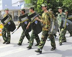 Des policiers patrouillent à Urumqi dans le Xinjiang.