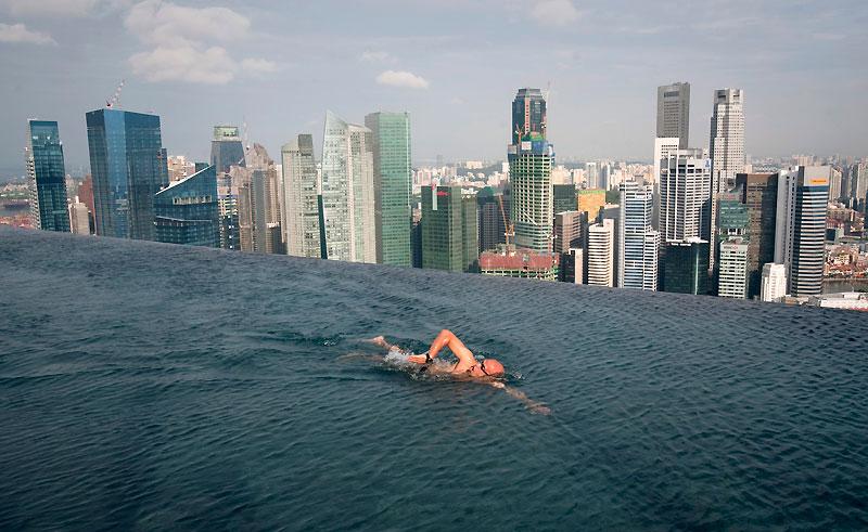 C'est le luxe que s'offre ici l'un des premiers clients de l'incroyable hôtel inauguré jeudi dernier dans la baie de Singapour. Posé comme un vaisseau au-dessus de trois tours abritant 2 500 chambres et suites, le toit panoramique du Marina Bay Sands accueille en effet une piscine à débordement de 150 mètres de long, qui permet d'effectuer ses longueurs à plus de 200 mètres d'altitude, face aux gratte-ciel du front de mer. Si le coeur vous en dit, sachez que vous y trouverez aussi cinq restaurants gastronomiques, une galerie marchande et un casino. Le prix ? Entre 798 et 978 dollars la nuit, pour deux, piscine comprise… mais sans le petit déjeuner !