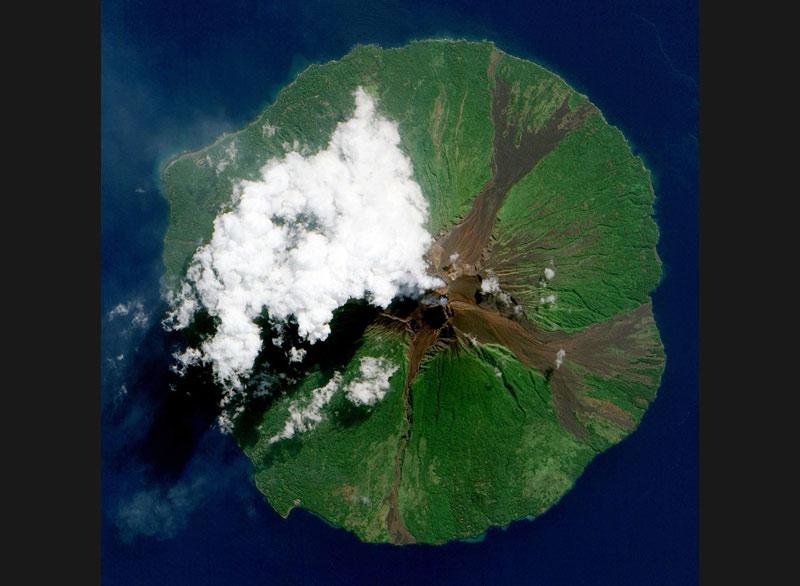 Fin juin, l'île volcanique Manam, située près de la côte nord de la Nouvelle-Guinée dans la province de Madang, semble reprendre vigueur.