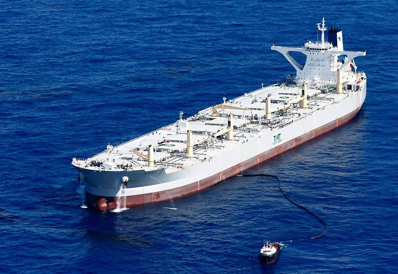 Cet immense navire taïwanais A Whale, est arrivé dans le golfe du Mexique, samedi 3 juillet, pour commencer les premiers tests de récupération du brut. De la taille de quatre terrains de football, il peut pomper jusqu'à 50.000 barils de pétrole par jour.