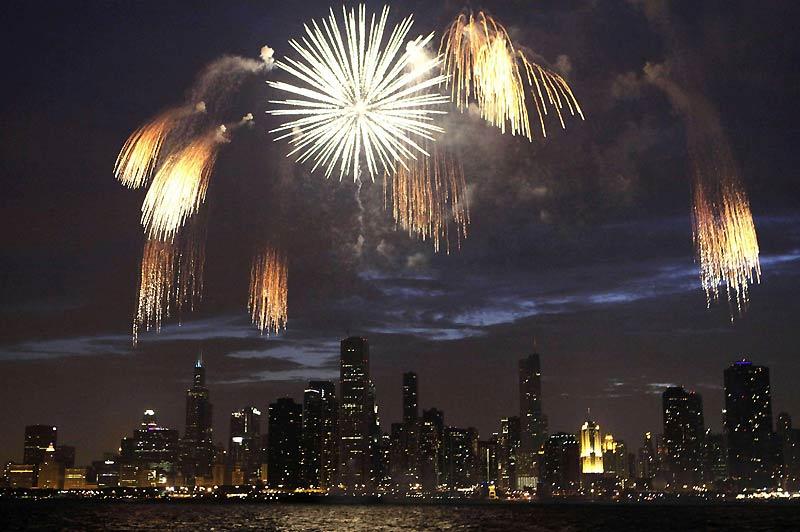 Un feu d'artifice au bord du lac Michigan pour célébrer la fête nationale des États-Unis (Independance Day), à Chicago, le 4 juillet.