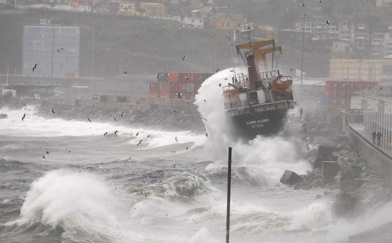 Mardi 6 juillet, un navire s'est échoué le long de la côte de Valparaiso, au Chili, à la suite d'un violent orage.