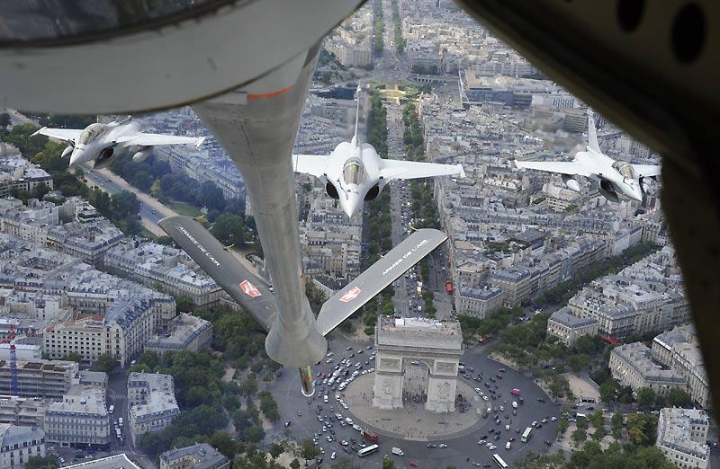 Défilé aérien au-dessus des Champs-Élysées, à Paris, mardi 6  juillet pour préparer les cérémonies de la fête nationale. Cette image a  été prise depuis un avion ravitailleur de l'armée française.