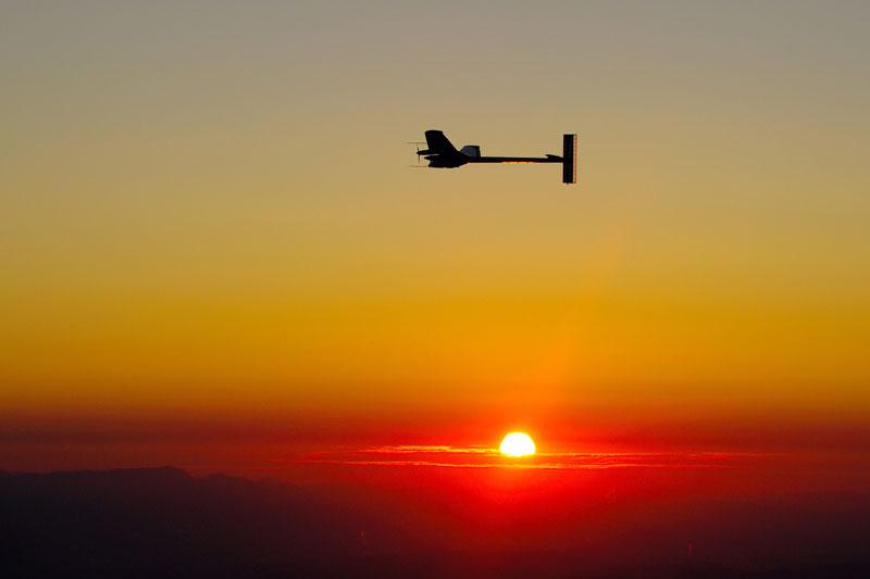 L'avion solaire, Solar Impulse, au lever du soleil près de Payerne, en Suisse, jeudi 8 juillet, après un vol de 26 heures et 9 minutes, dont une nuit entière, en utilisant uniquement l'énergie solaire emmagasinée dans la journée.