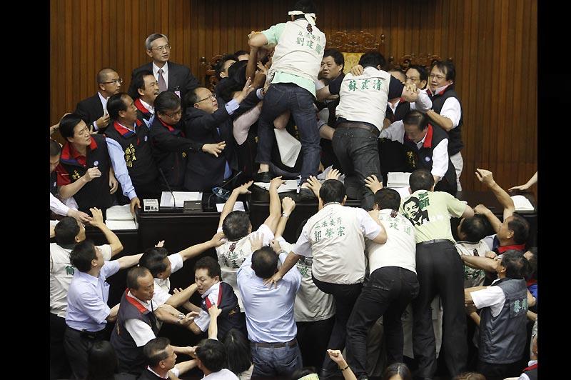 Jeudi 8 juillet, au Parlement taïwanais, les esprits se sont échauffés et ont déclenché une bagarre générale suite à l'opposition d'un des parlementaires à un accord commercial avec la Chine.