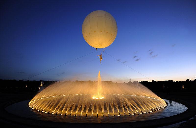 Ce danseur, accroché à un ballon au-dessus d'une fontaine, à Hanovre, en Allemagne, effectue une chorégraphie, mardi 6 juillet.