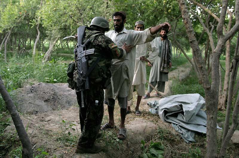 Mercredi 7 juillet, un soldat américain fouille un Afghan lors  d'une patrouille, dans un village situé dans la province de Kandahar, au  sud du pays.