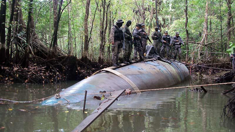 Ces soldats équatoriens sont très fiers de leur dernière prise, pêchée dans la mangrove il y a quelques jours, tout près de la frontière avec la Colombie. Il s'agit d'un sous-marin de 25 mètres de long utilisé par des trafiquants de drogue pour acheminer leurs stocks de cocaïne vers les Etats-Unis. Un moyen de transport qu'ils privilégient depuis déjà une douzaine d'années, même si la fabrication de chaque submersible leur coûte entre 1 et 2millions de dollars. Ce qui n'est pas si cher, étant donné que chaque voyage peut leur rapporter 400 fois plus. Rien qu'en 2007, les gardes-côtes colombiens et américains en ont saisi 10, chargés chacun de 10 à 15 tonnes de coke.