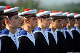 Première cérémonie militaire le 10 octobre 2009, au Centre d'instruction naval de Brest. Les mousses assistent à la restitution du drapeau de l'Ecole, symbole d'un passé glorieux.(Thomas Goisque/Le Figaro Magazine)