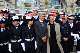 Après avoir présidé la cérémonie, le ministre de la Défense, Hervé Morin, a rejoint les 150 élèves, accompagné de leur parrain Bernard Giraudeau et de l'amiral Pierre-François Forissier, chef d'état-major de la Marine qui a initié la réouverture de l'Ecole. (Thomas Goisque/Le Figaro Magazine)